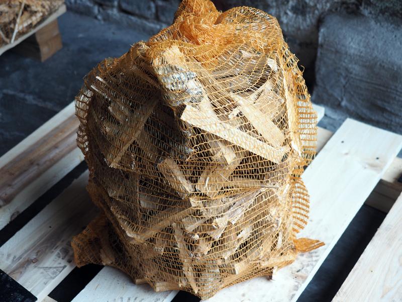 Legnetti di faggio accendifuoco in sacchi di rete